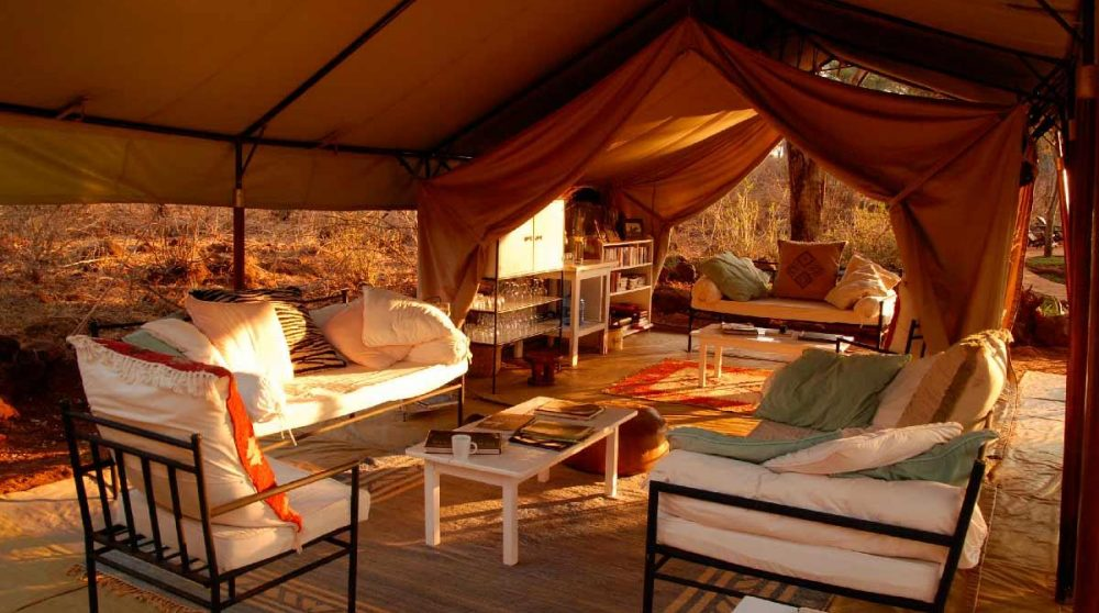 Canapés et fauteuil dans une tente