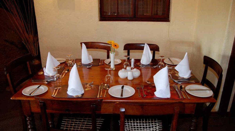 Une table dans la salle à manger