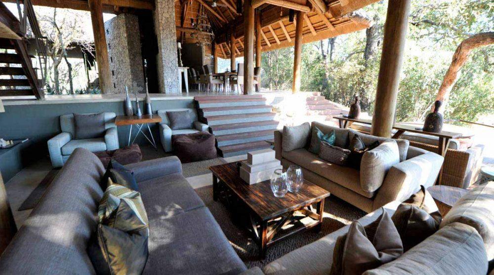 Le salon ouvert sur la terrasse