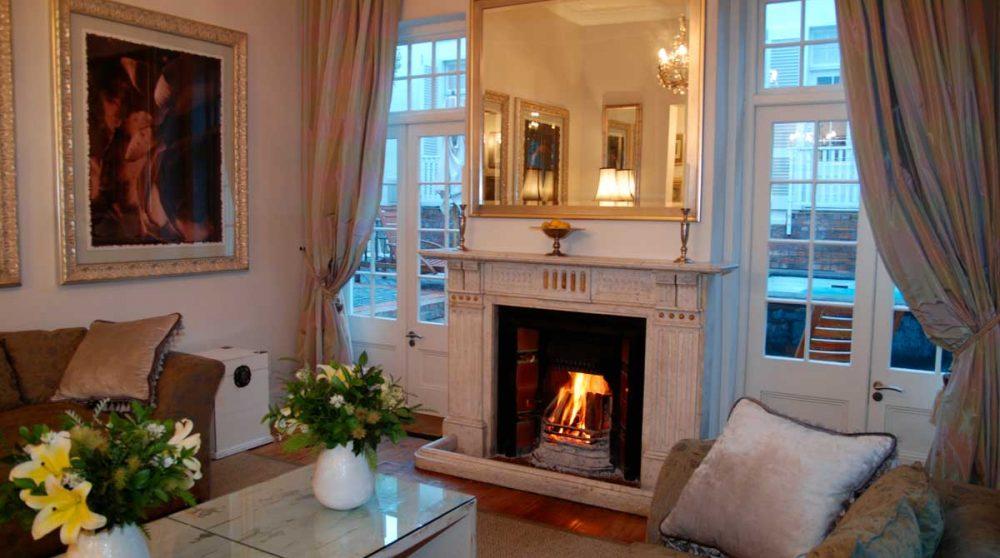 Salon avec une cheminée