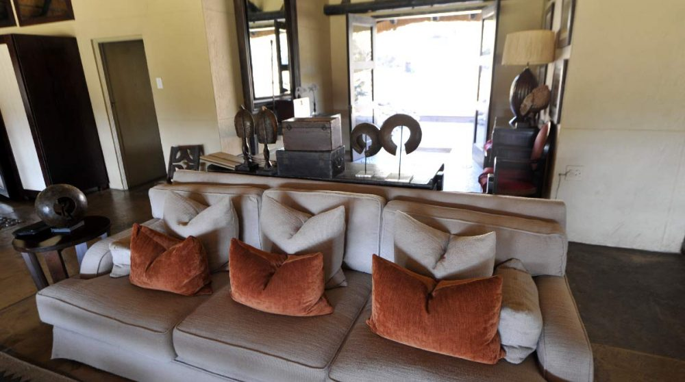 Un canapé dans le salon