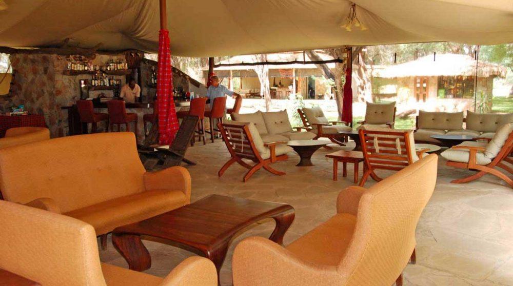 Un salon sous une tente