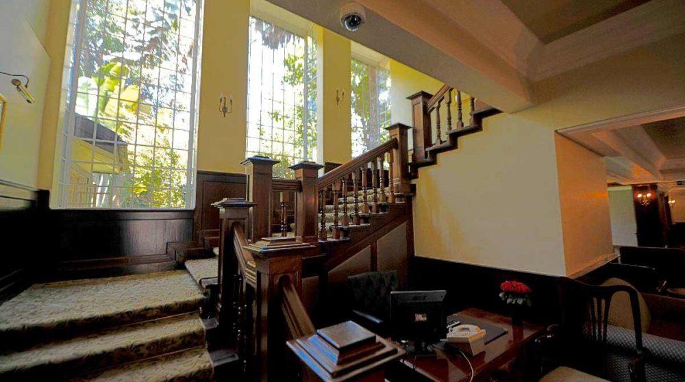 L'escalier à l'entrée