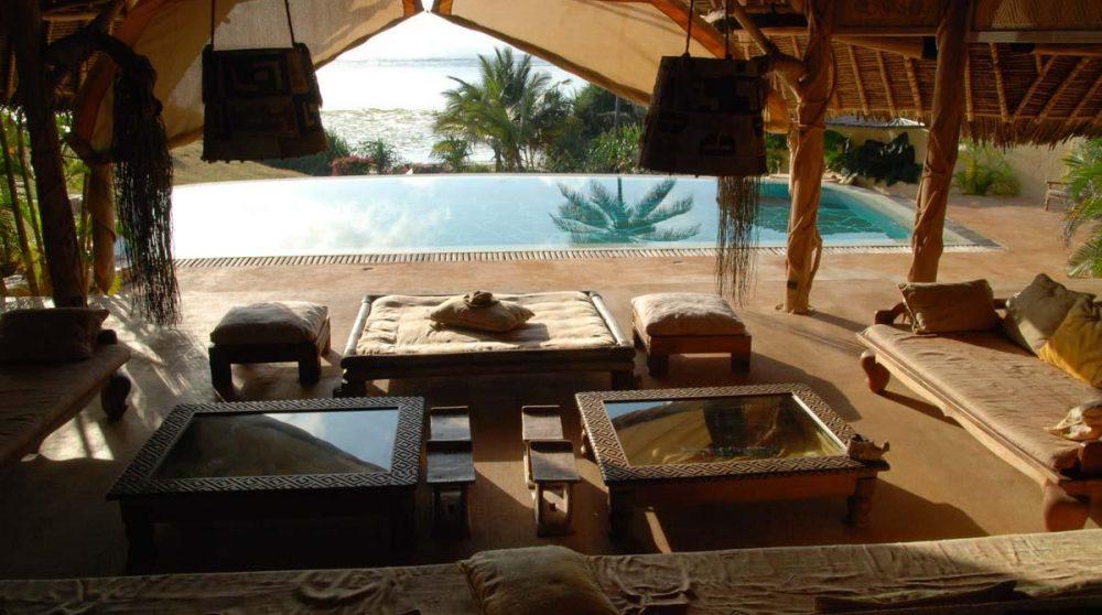 Le salon avec vue sur la piscine
