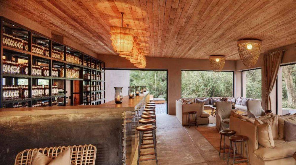 Le salon avec une bibliothèque au Kenya