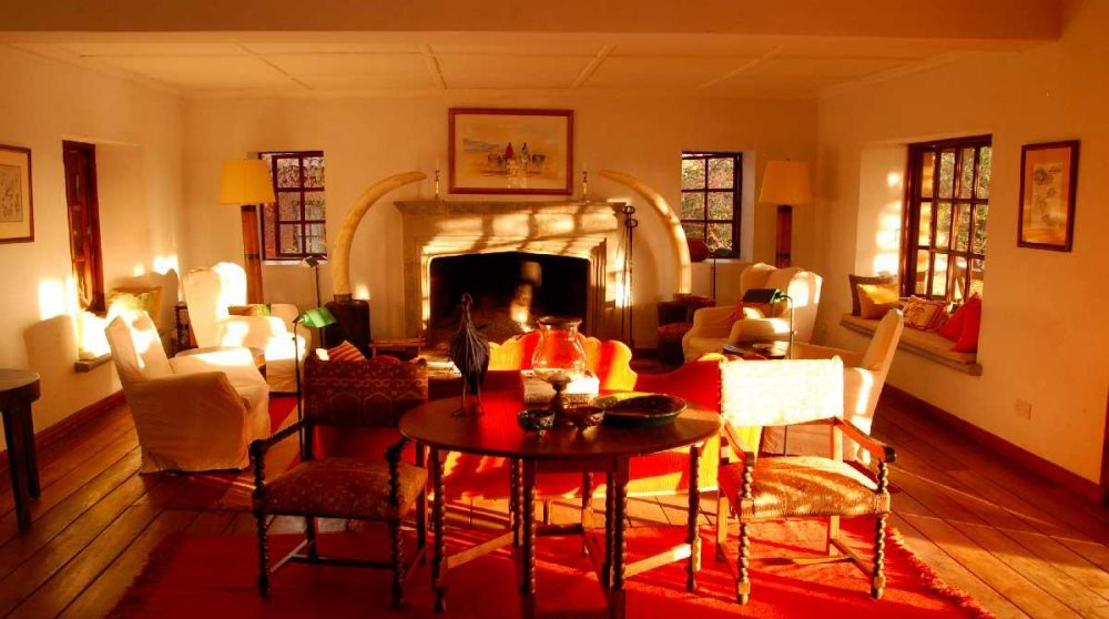 Salon avec la cheminée à Laikipia