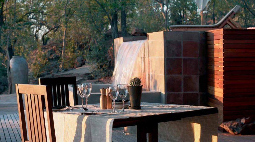 Une table sur la terrasse à Madikwe
