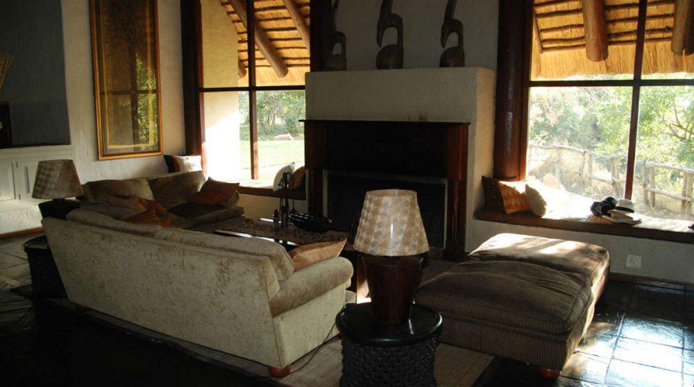 Le salon avec une cheminée en Afrique du Sud