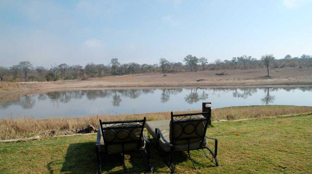 Chaises longues au bord du lac en Afrique du Sud