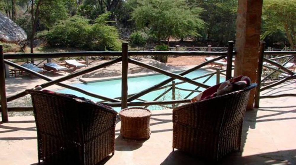 Vue sur la piscine depuis un balcon à Tsavo