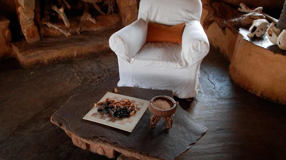Un fauteuil près de la cheminée à Tsavo
