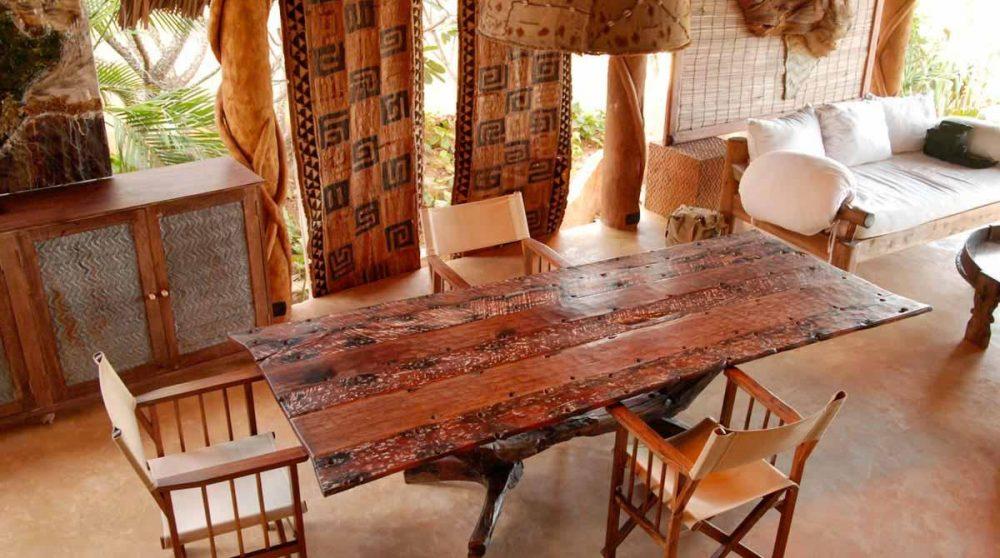 Mobilier en bois dans le salon à Mombasa