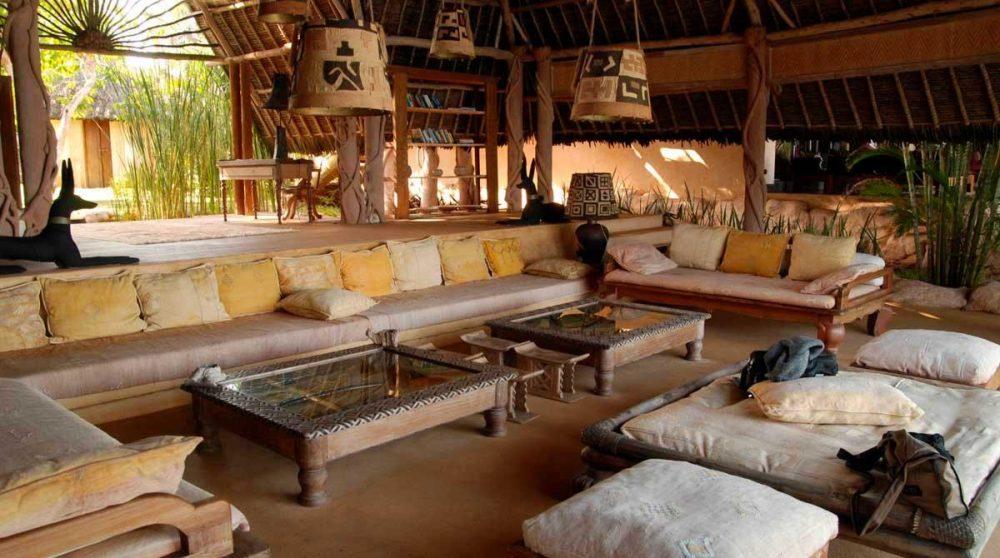 Un salon avec un grand canapé à Mombasa