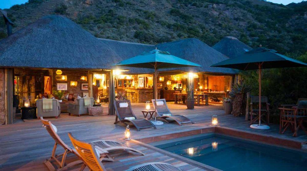 La terrasse et le salon de l'Amakhala HillsNek Safari Camp