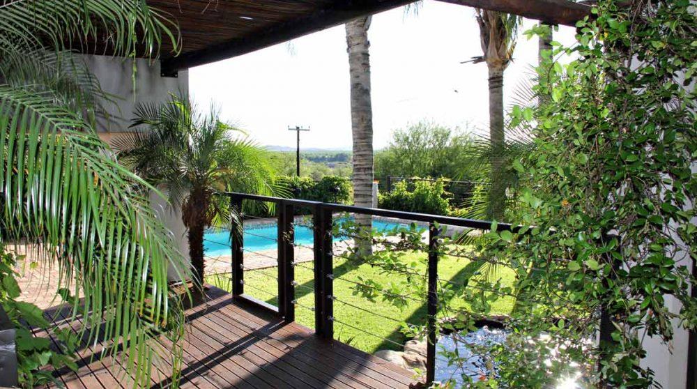 La piscine vue des chambres à l'étage au Browns Manor