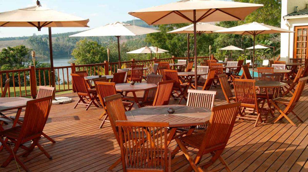 La terrasse du Hulala Lakeside Lodge