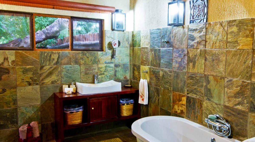 La salle de bains à Indlovu River Lodge