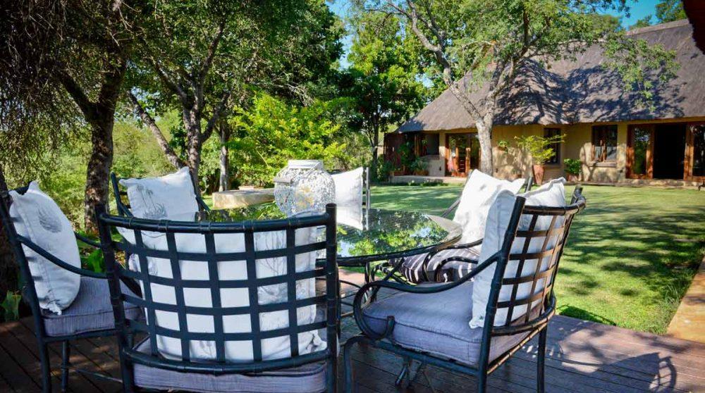 Le salon près de la piscine du Khaya Ndlovu Manor House