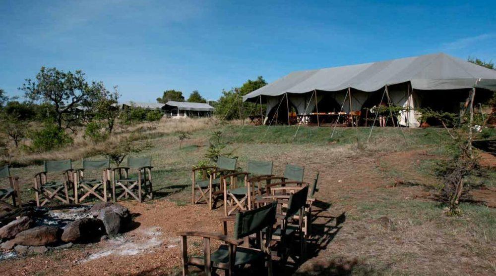 Chaises autour d'un feu de camp au Kilima Camp