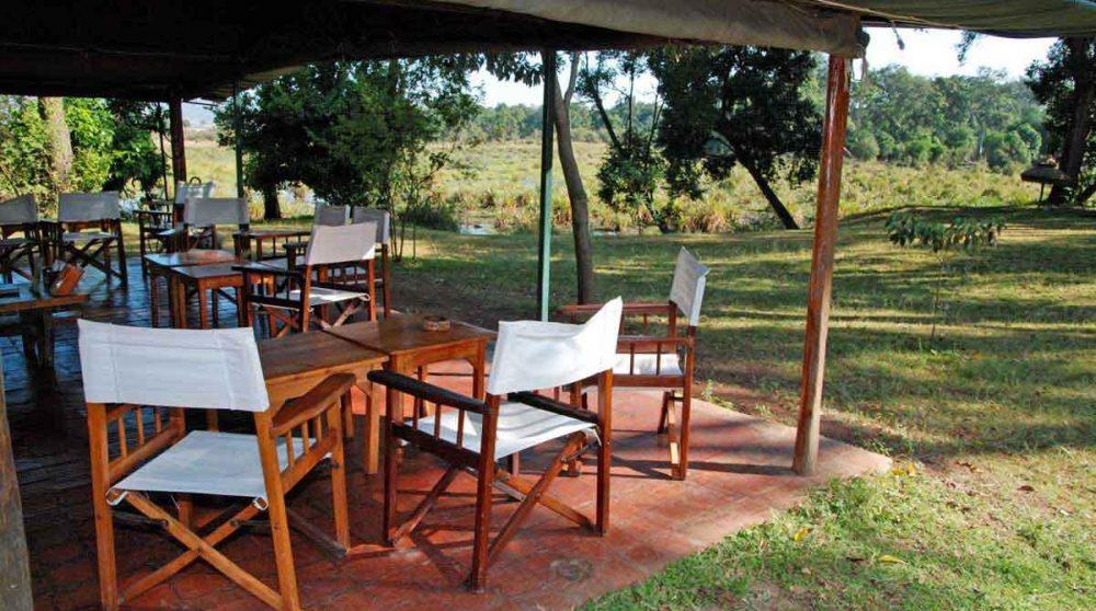 A l'ombre de la terrasse à Little Governors Camp