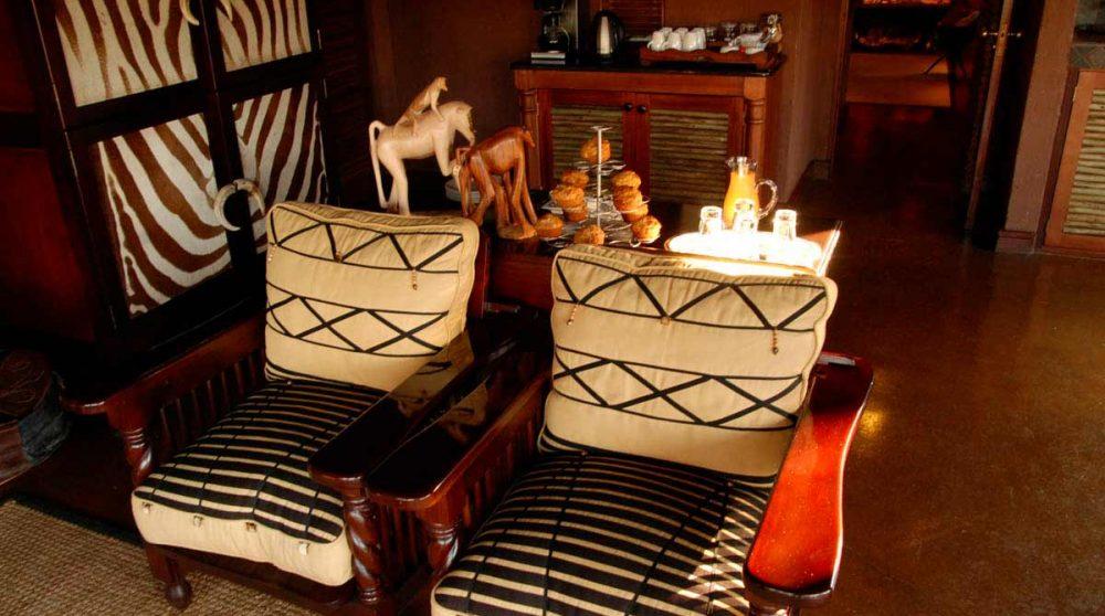 Fauteuils dans le salon du Makweti Safari Lodge