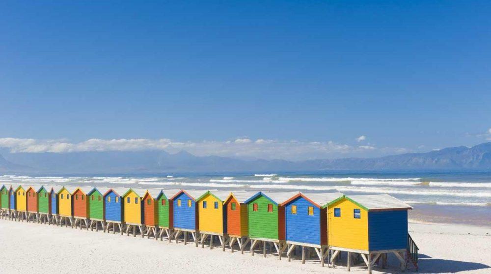 Cabines de bain colorées sur la plage de Muizenberg