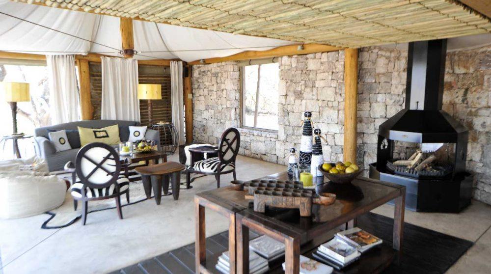 Salon sous une tente à l'Onguma Tented Camp