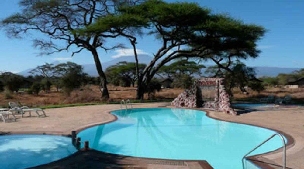 La piscine avec vue sur la nature au Sentrim Amboseli