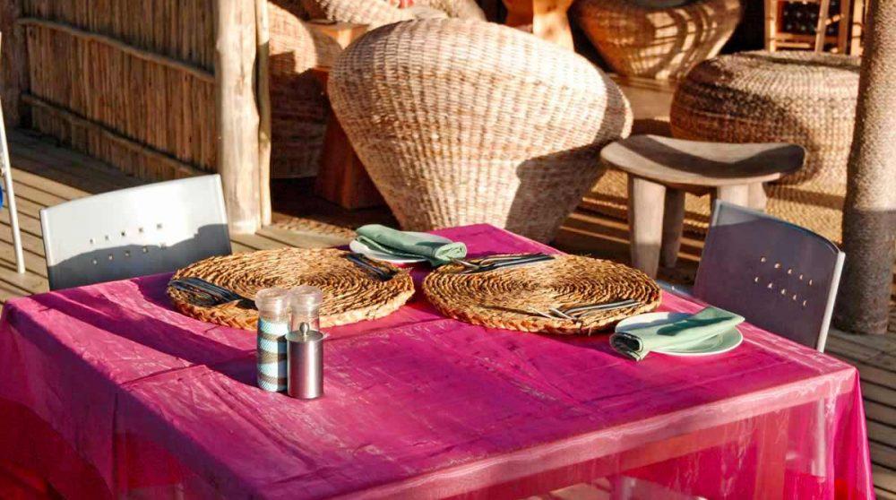 Table sur la terrasse du Thonga Beach Lodge