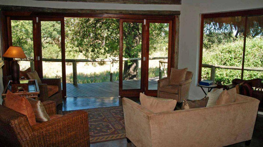 Salon donnant sur la terrasse du Tintswalo Safari Lodge