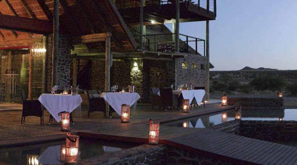 La terrasse le soir au Tutwa Desert Lodge