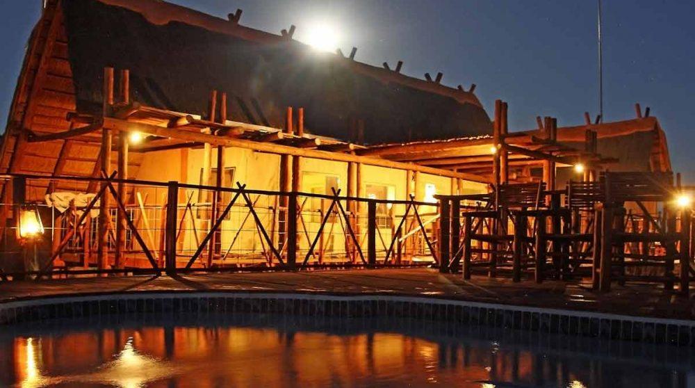 La piscine la nuit à Xaus Lodge