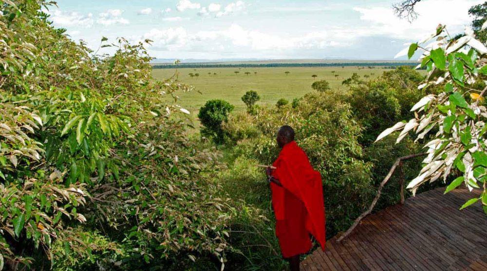Un masaï sur la terrasse au Masai Mara