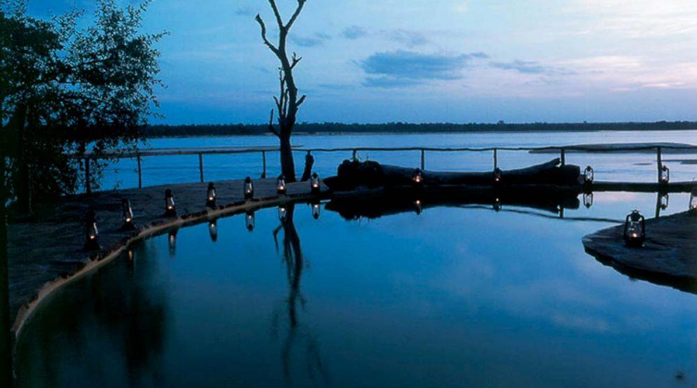 La piscine la nuit dans la réserve de Selous