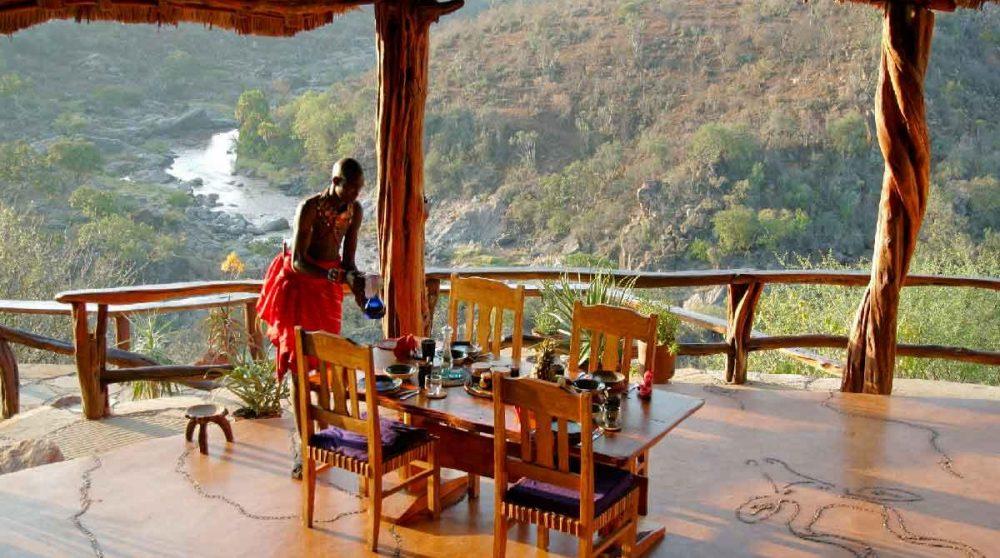 Déjeuner sur la terrasse au Kenya