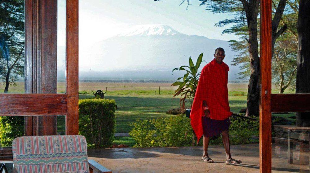 Un massaï devant la montagne au Kenya