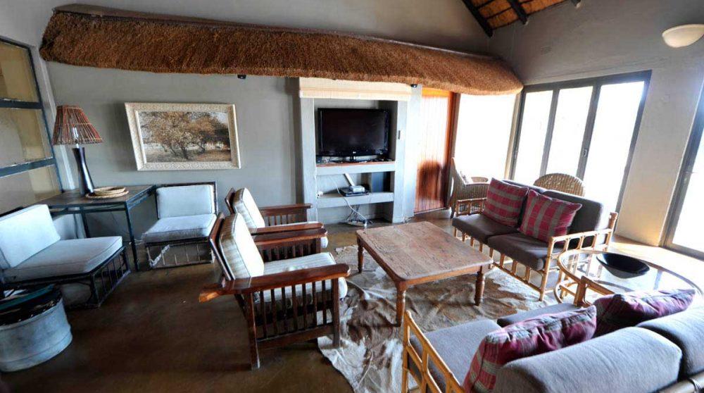 Salon avec télévision à Timbavati