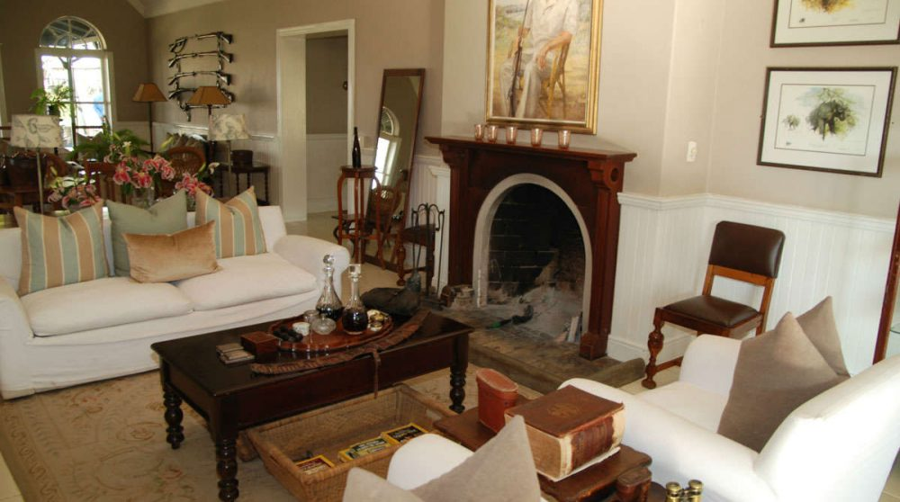 Salon avec une cheminée à Sabi Sand