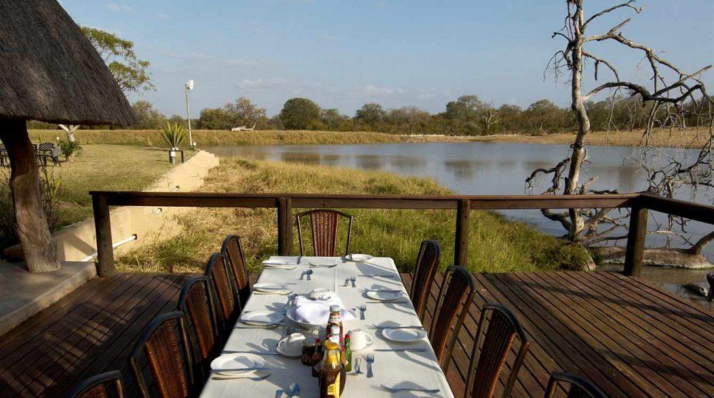 Une table sur la terrasse à Sabi Sand