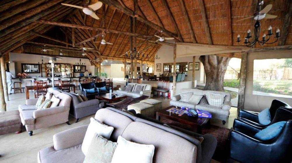 Le salon avec le bar à Timbavati