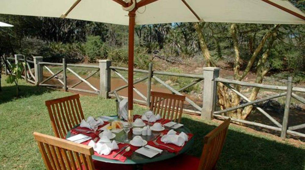 Une table pour déjeuner dans le jardin au Kenya