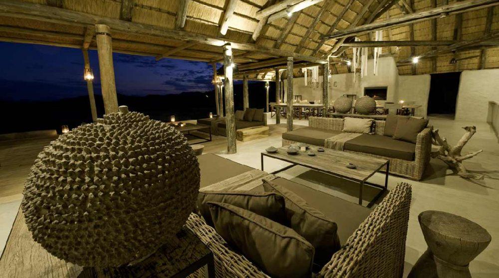 Le salon la nuit en Namibie