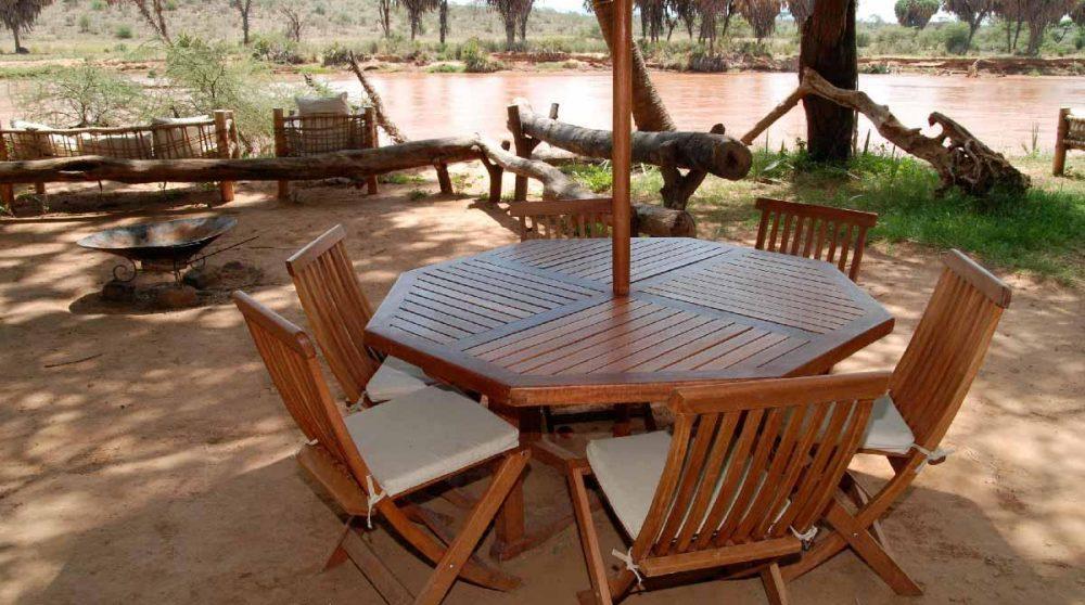 Une table à l'ombre au Kenya