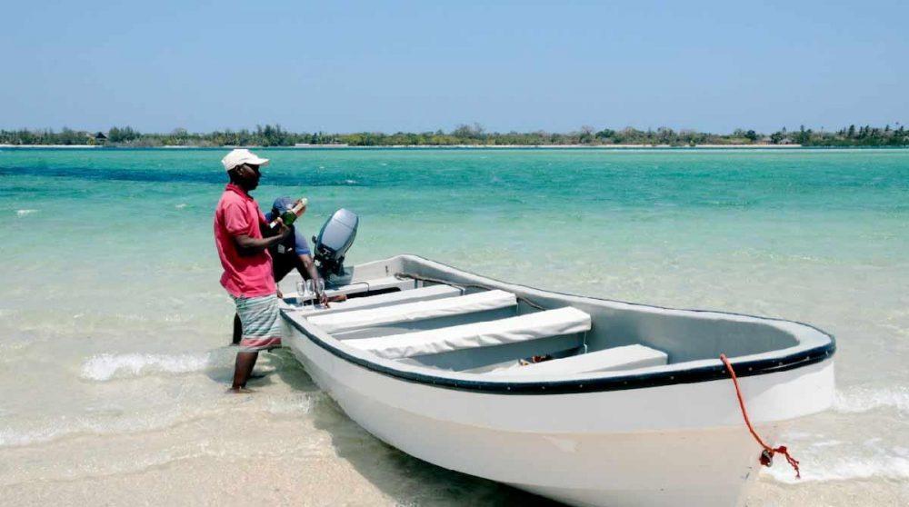 Barque pour arriver à l'hôtel au Kenya