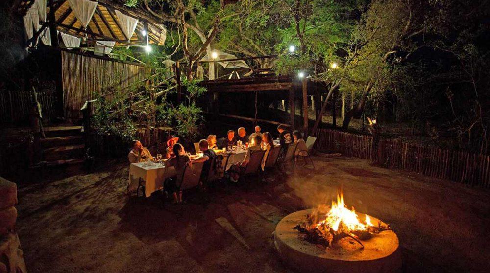 Dîner autour du feu près du parc Kruger