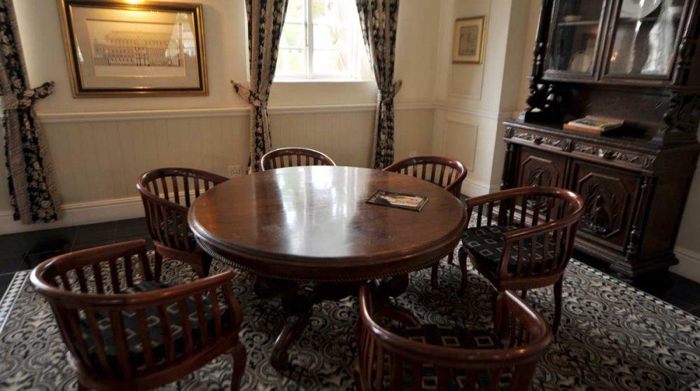 Une table à l'accueil