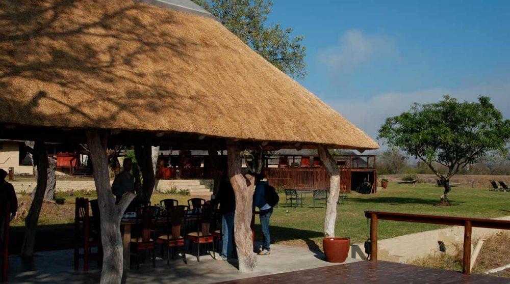 Une terrasse avec un toit de chaume