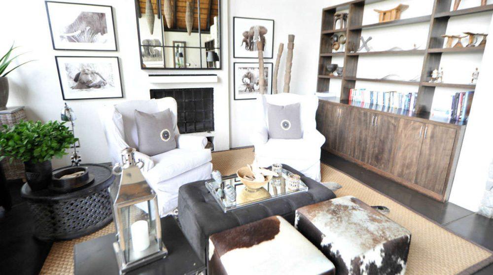 Un salon avec une cheminée