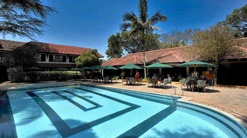 La piscine et ses chaises longues