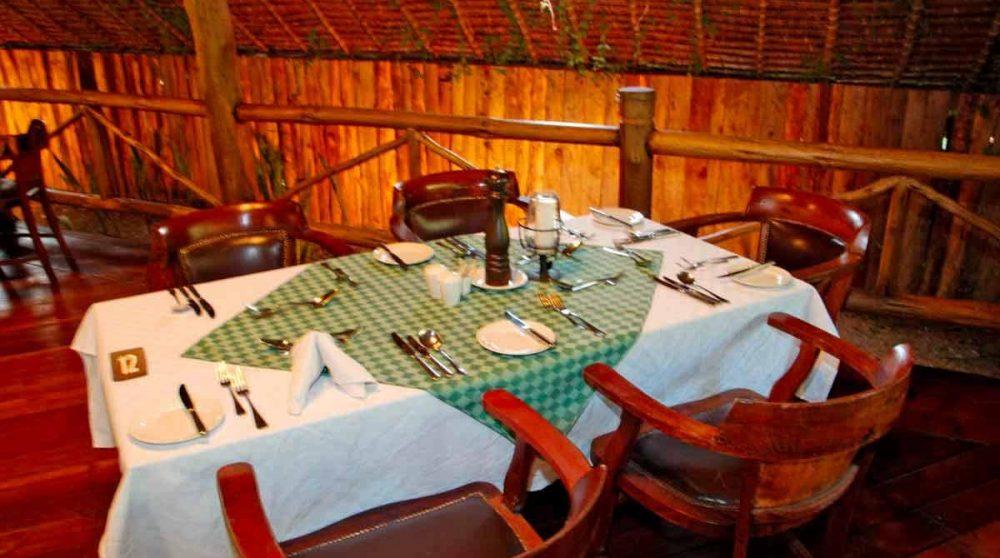Une table au restaurant dans le Masai Mara